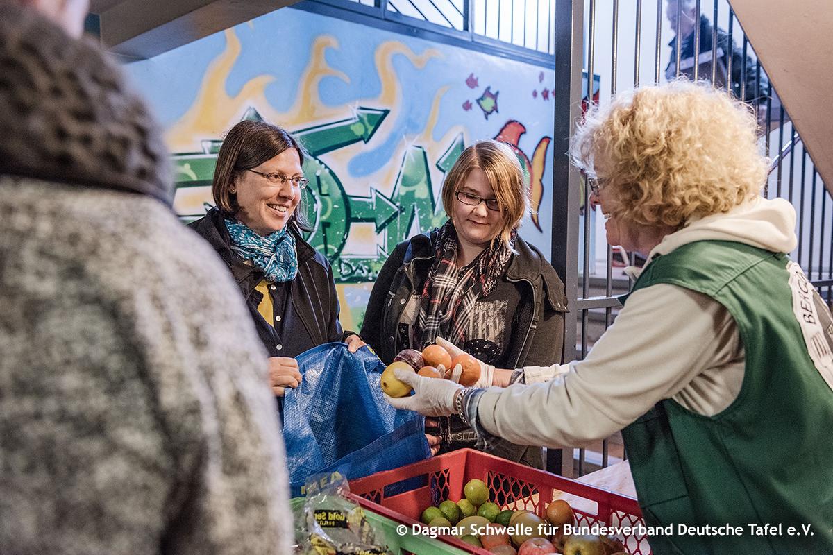 Essensausgabe bei der Tafel, © Dagmar Schwelle für Bundesverband Deutsche Tafel e.V.