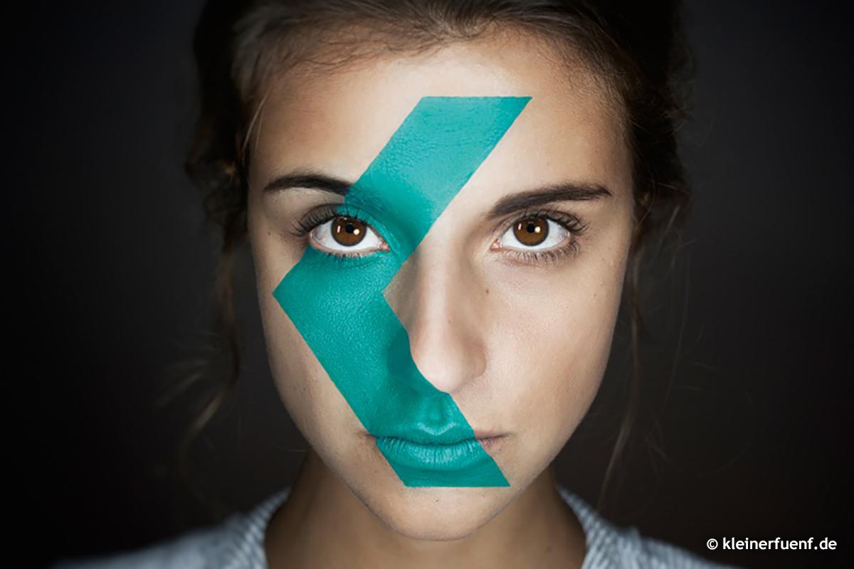 Junge Frau mit Kleiner 5 Logo über dem Gesicht © Kleiner 5, Tadel verpflichtet! e.V.