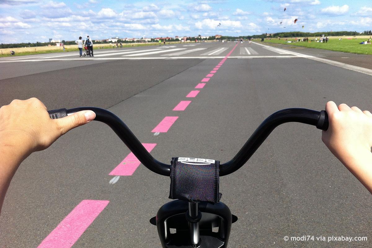 Radfahrer auf dem Tempelhofer Feld © modi74 via pixabay.com