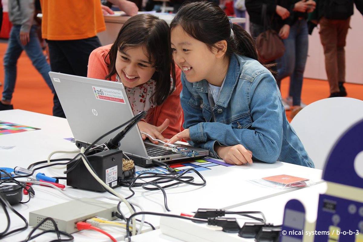 Zwei Mädchen am Laptop, Start Coding © nicai systems b-o-b-3